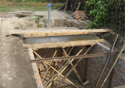 яма с конструкцией и арматурной сеткой